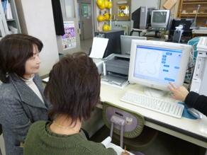 2012年3月 平塚盲学校視察                 手作りの学習ソフトで一人一人に対応